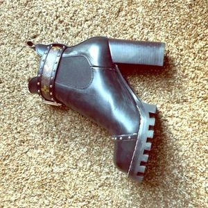 Louis Vuitton pumps in near perfect condition